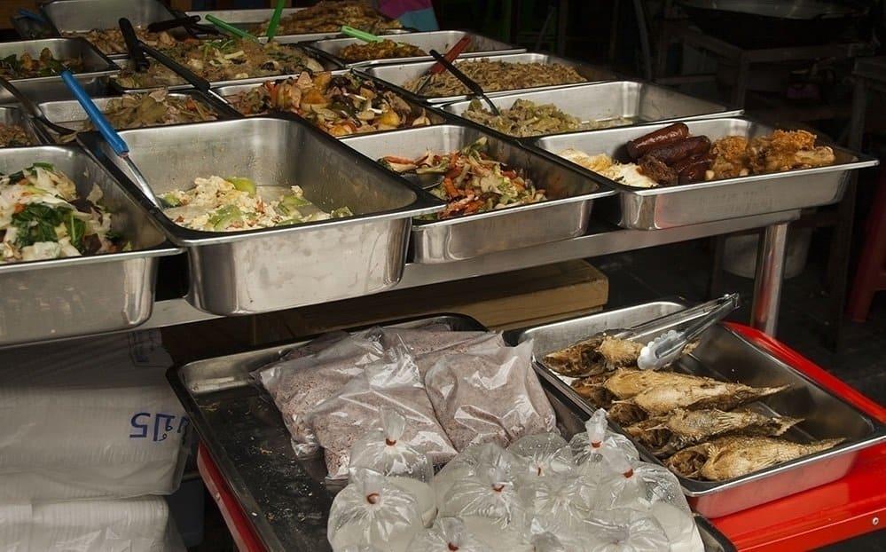 Stands à plateau « style Issan » - Comment commander de la street food en Thaïlande - que faire en thailande