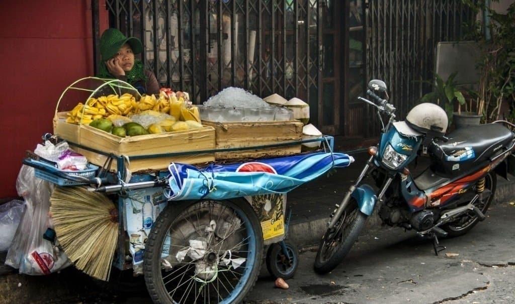 stand fruits thailande  - Comment commander de la street food en Thaïlande - que faire en thailande